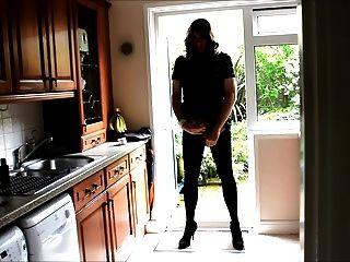 सेक्सी crossdresser एलिसन - रसोई घर में बट प्लग और सह