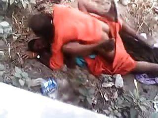 बाबा गांव महिला के साथ त्वरित सेक्स कर रही है जबकि पकड़ा