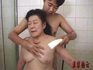 जापानी दादी का आनंद ले रहे सेक्स