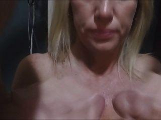 पत्नी लंड एक साथ रगड़ और उन्हें सह बनाने के लिए प्यार करता है