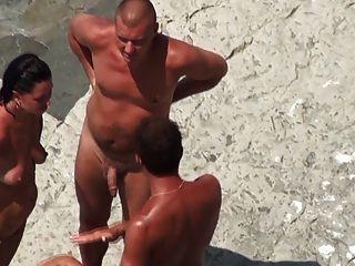 नग्न समुद्र तट - तट पर परिपक्व MMF त्रिगुट