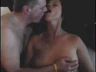 पति चुंबन प्रेमी के रूप में उसकी पत्नी में कमिंग है