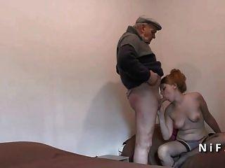 सुंदर फ्रेंच बूढ़े आदमी के साथ threeway में गड़बड़ किशोर