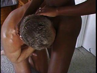 सुंदर अफ्रीकी milf सफेद आदमी द्वारा गड़बड़