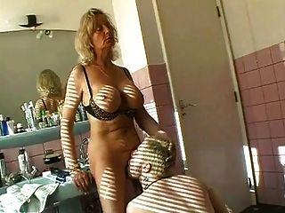 गर्म दादी बाथरूम में होने सेक्स
