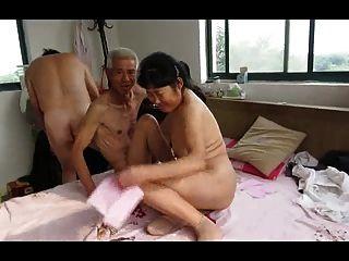 परिपक्व महिला के साथ एशियाई दादा तिकड़ी