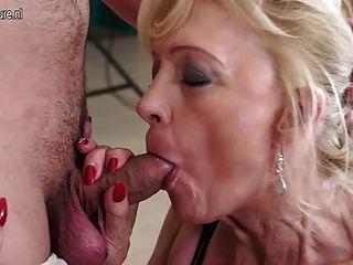 सींग का परिपक्व फूहड़ माँ कमबख्त और उसके लड़के को चूसने