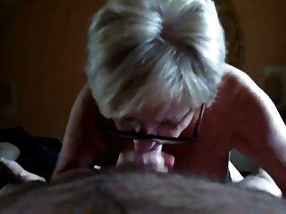 बड़े स्तन के साथ दादी चूसना और हाथ से काम।