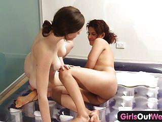 पश्चिम बाहर लड़कियों - समलैंगिक Nuru मालिश और बालों वाले योनी चाट
