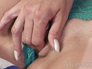 माँ सींग का बना milf बड़ी प्राकृतिक स्तन के साथ उसके सींग तरीका है