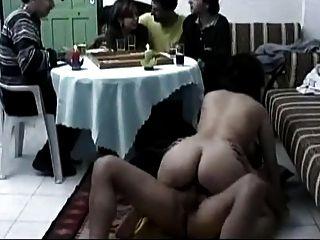 अरब जोड़े को एक ब्रेक ले रही है और सेक्स कर रही है।