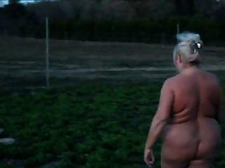 नग्न आसपास बीबीडब्ल्यू दादी घूमना