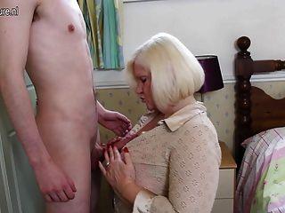 युवा खिलौना लड़के के साथ खेल रहे हैं बिग ब्रिटिश मां