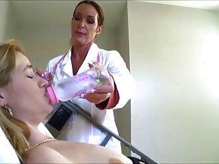 नर्स उसे उसके डायपर भरने बनाता है