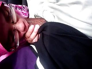 हिजाब लड़की कार में उसके प्रेमी मुर्गा चूसने