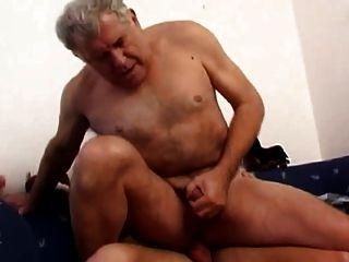 सोफे पर युवा बकवास के साथ परिपक्व पिता