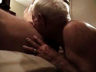 ग्रे बालों वाली दादा विशाल मुर्गा चूसना और उसके गधे में इसे पाने के लिए