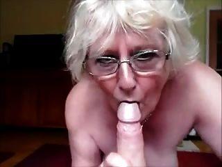 नानी एक सही blowjob कर रही है