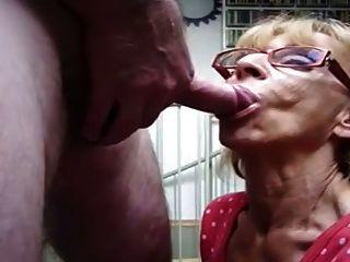 दादी यूके के साथ एक तेजी से blowjob देता है