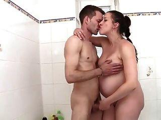 Preggo माँ बाथटब में टक्कर लगी है