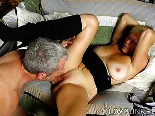 सुपर सेक्सी वर्ष spunker उसे प्यार करता है जब आप उसके मुँह में सह