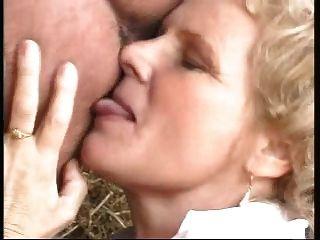 आदमी द्वारा गड़बड़ बड़े स्तन के साथ नानी एक औरत के रूप में तैयार