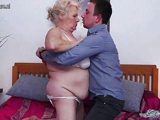 बड़ी दादी बकवास और उसे खिलौना लड़का चूसना प्यार करता है