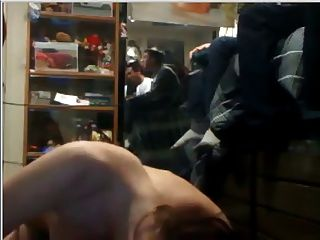 महिला जबकि ब्रदर्स वीडियो गेम खेलने के छात्रावास में आदमी