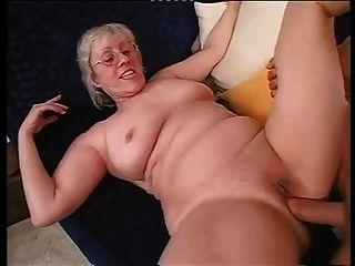मुंडा नानी खुशी से एक कठिन dicking लेता है