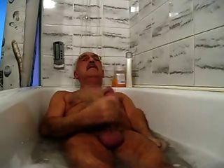 मूंछें दादाजी आराम और बाथटब में सह