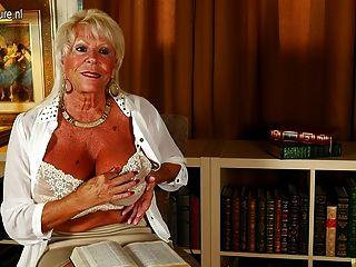 गर्म अमेरिकी दादी महान रैक पता चलता है और खुद को गीला हो जाता है