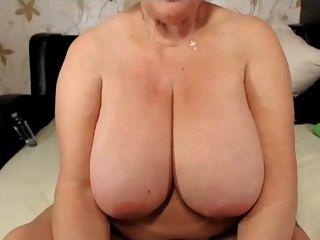 सुनहरे बालों वाली दादी बड़े स्तन