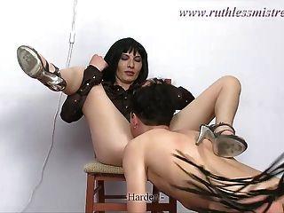 ruthlessmistress - नीचे रह रही है और उन्हें सुखदायक