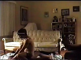 व्यभिचारी पति अपनी पत्नी को एक बीबीसी लेने के लिए देखता है