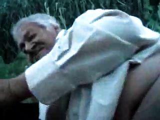 एक लड़के के साथ दादा आउटडोर