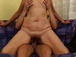 कोमल शरीर, Saggy स्तन और बालों योनी के साथ माँ