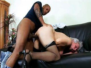सींग दादी मरीज seduces एक काले रंग की डॉक्टर