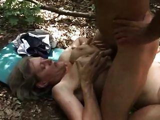 सींग दादी एक लकड़हारा द्वारा गड़बड़