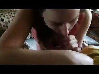 गोरा छात्र उसे मुँह गर्म सह के साथ भरा चाहता है
