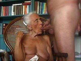 दादी युवा मुर्गा प्यार करता है