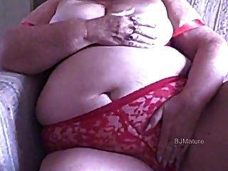 लाल ब्रा और पैंटी में बीबीडब्ल्यू दादी आप के लिए masturbates