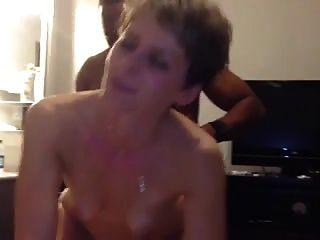 सेक्सी छोटे बालों वाली परिपक्व उसे गधे में बीबीसी हो जाता है
