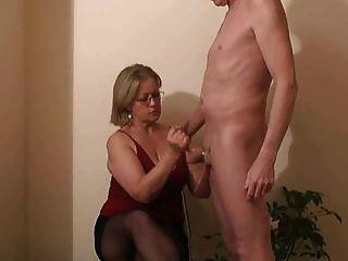 श्रीमती।वाटसन एक handjob देता है उसके पड़ोसी