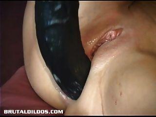 खूबसूरत Kream prolapses और क्रूर dildo से squirts