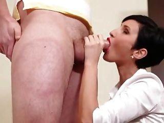 सेक्सी श्यामला milf मुर्गा चूसने प्यार करता है