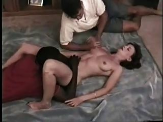 पति उसे fucks जबकि गर्म पत्नी काले बेकार