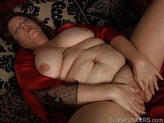 सुंदर बड़ा पेट और स्तन बीबीडब्ल्यू उसे गीला बिल्ली fucks परिपक्व