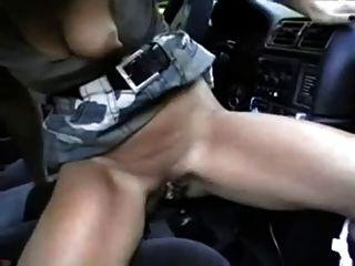 जर्मन बेब उसे gearshift और एक मुर्गा fucks