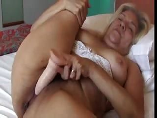 अच्छा स्तन के साथ सुनहरे बालों वाली बूढ़ी औरत एक रबर डिल्डो वीडियो
