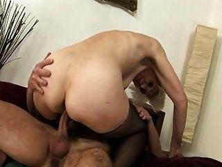 दादी उसके बालों पुराने योनी में टक्कर